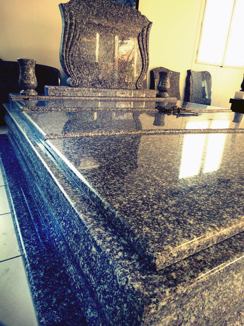 Sírkő síremlék urnasír egyedi sír sírköves Orosháza bemutatóterem 010